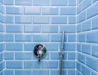 blaue badefliesen in duschkabine fuerth reinigung fliesen www.fensterputzerfürth.de